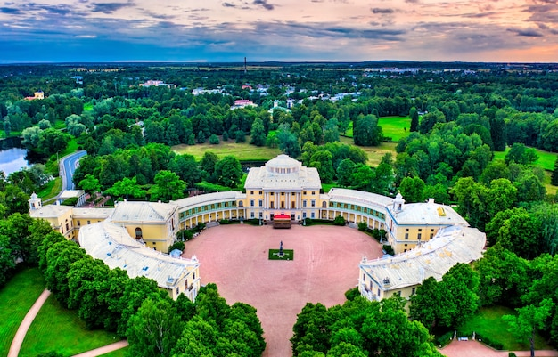 Аэрофотоснимок павловского дворца в санкт-петербурге, россия