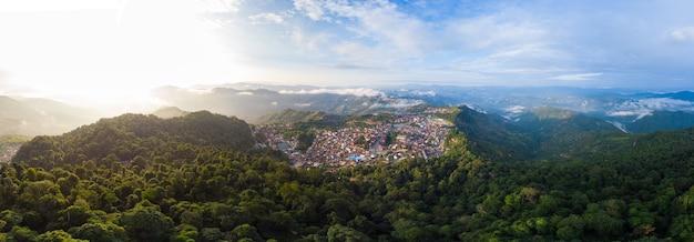 風光明媚な山の尾根にあるポンサーリー北ラオスの航空写真