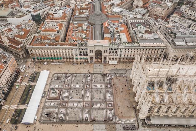 Вид с воздуха на площадь пьяцца дель дуомо в милане