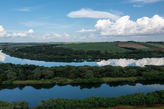 상파울루의 내부 bariri에있는 tiet㪠강 수로 근처 농장의 공중보기.