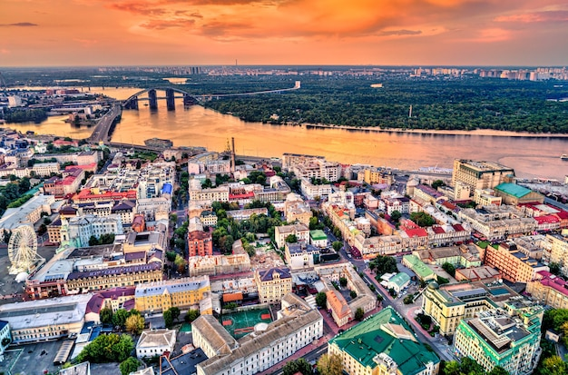 Вид с воздуха на подол, исторический район киева, столицы украины