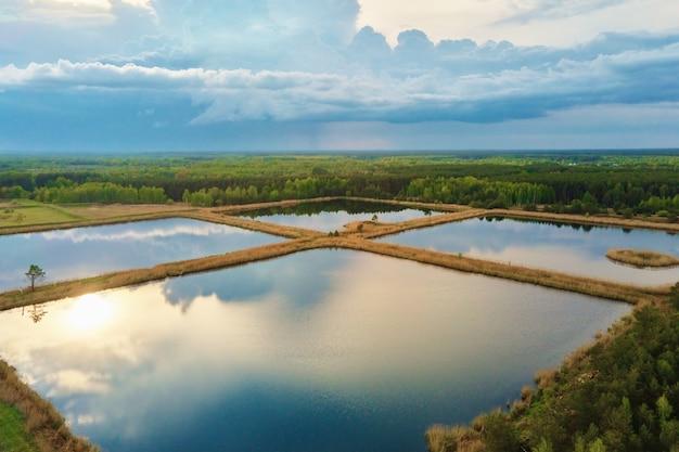 Вид с воздуха на пруды для сбора ливневой воды бассейны для сбора дождевой воды с высоты птичьего полета искусственные бассейны для ирригационной системы бассейны с дождевой водой