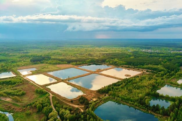 Вид с воздуха на пруды для сбора ливневой воды, задерживающей дождевую воду