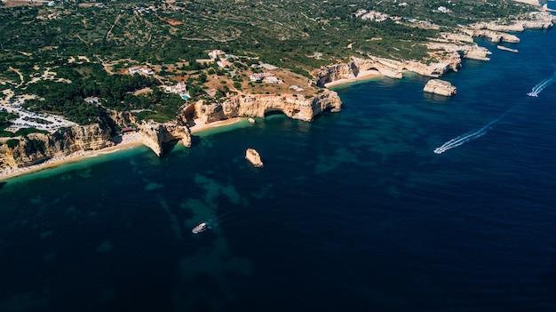 Вид с воздуха на побережье португалии сверху.