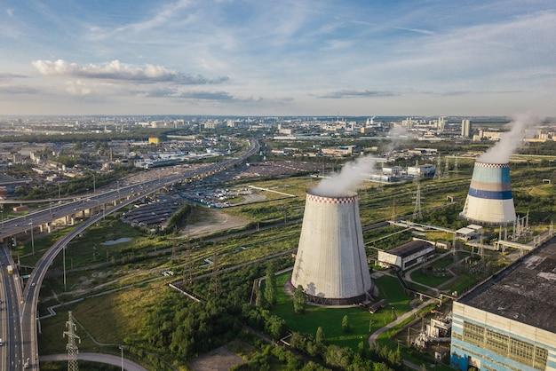 Аэрофотоснимок электростанции на фоне городского пейзажа
