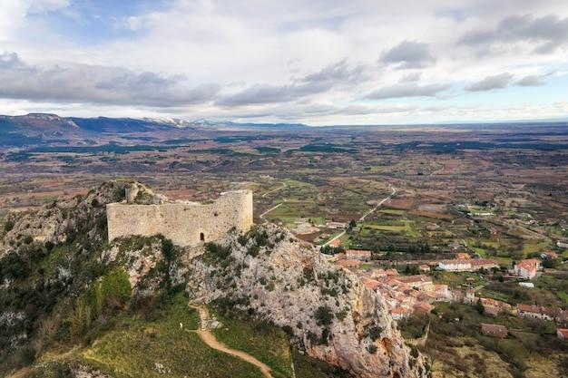 スペイン、カスティーリャ・イ・レオンのブルゴスにあるポサデラサル城と村の航空写真。