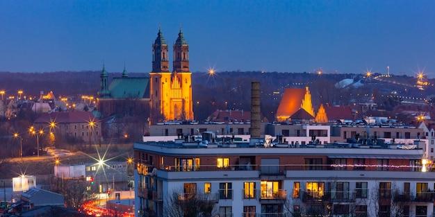 日没時のポズナン大聖堂とポズナンの空撮