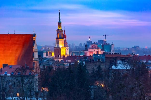 日没時の市庁舎とポズナンの空撮