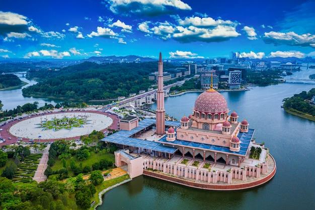 マレーシアのプトラジャヤで夕暮れ時の湖とプトラジャヤシティセンターとプトラモスクの空撮。