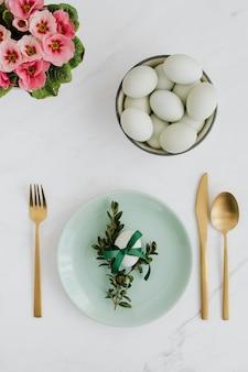 흰색 대리석 테이블에 있는 날달걀의 항공 보기