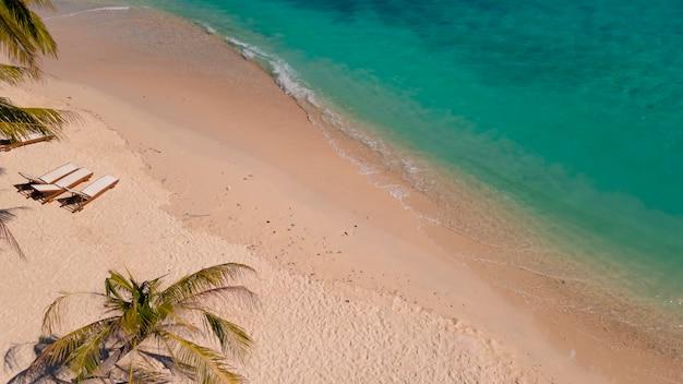ラヤン島のビーチの空撮、ココナッツの木と砂浜の青い海の波