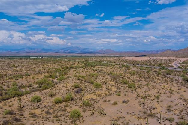 Аэрофотоснимок отдаленного ландшафта шоссе пустыни в северных горах аризоны, сша