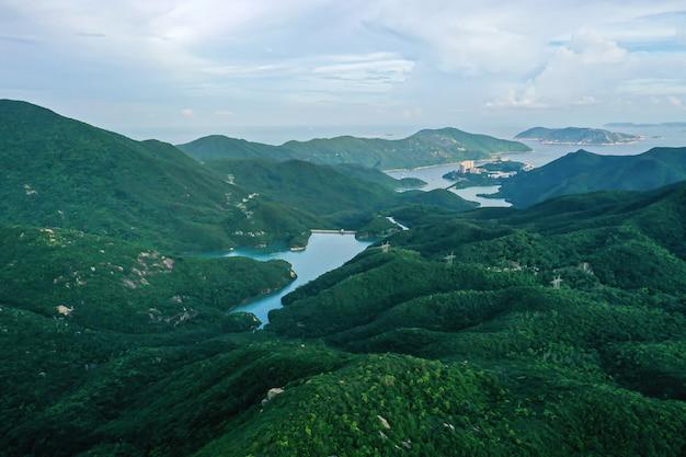 낮에 홍콩에서 저수지와 댐의 항공보기