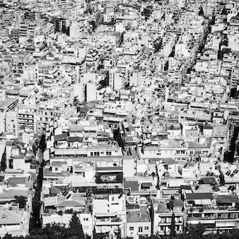 Вид с воздуха на жилой район города афины, греция. черно-белая убанская фотография
