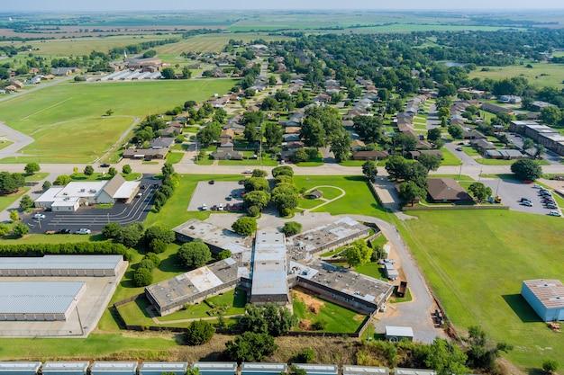 アメリカの町クリントンオクラホマ私たちと郊外開発の住宅街の航空写真