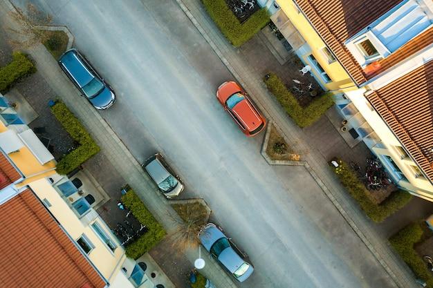Вид с воздуха на жилые дома и улицы с припаркованными автомобилями