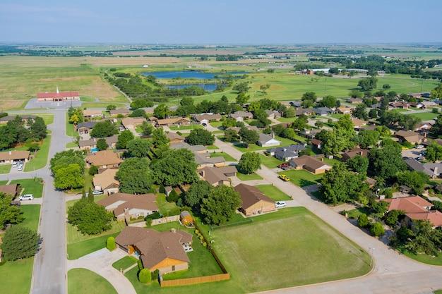 米国オクラホマ州の美しいクリントンの町の都市景観における住宅街の航空写真