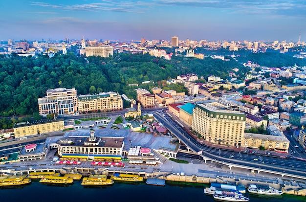 Вид с воздуха на речной порт, подол и почтовую площадь в киеве, столице украины