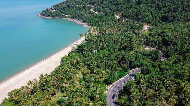 カノムとシチョン、ナコンシータマラート、タイの間の道路とビーチの航空写真
