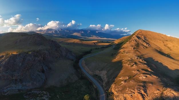 美しい秋のアルタイ山脈の道路の空撮