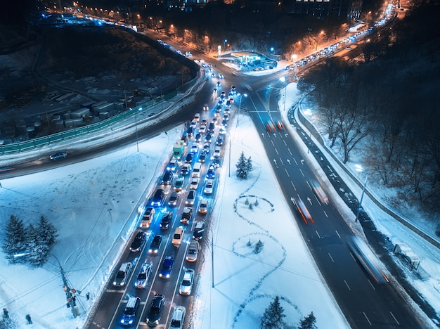 冬の夜の街の道路の空撮