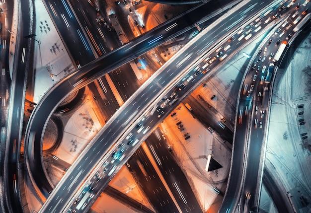 Вид с воздуха на дорогу в современном городе ночью зимой.