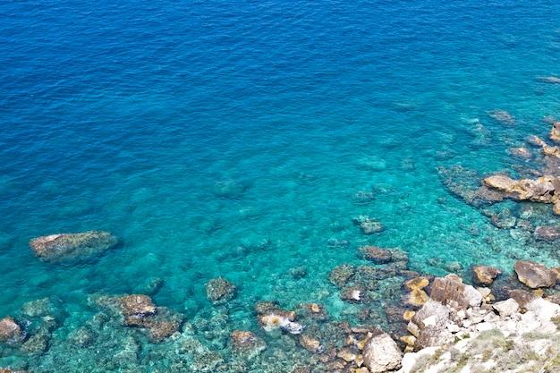 Вид с воздуха на скалы на море. обзор морского дна, вид сверху