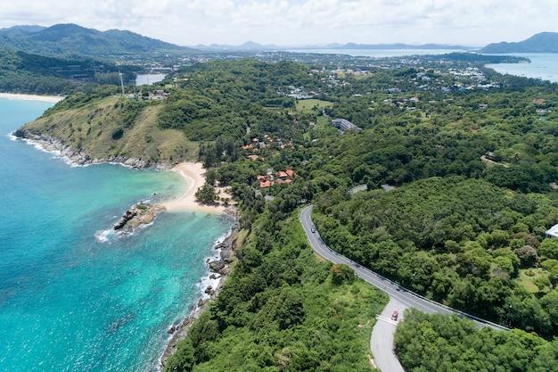 岩の多い海岸線の航空写真