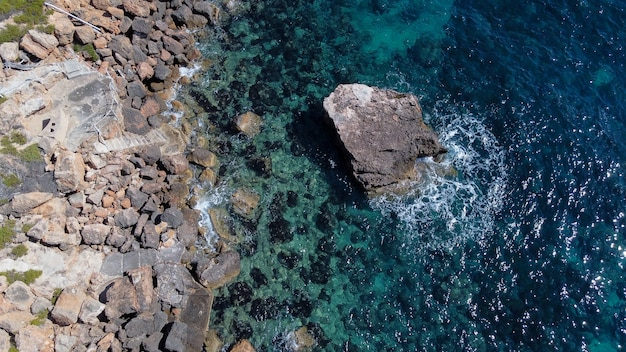 スペイン、マヨルカ島の岩の多い海岸の空撮