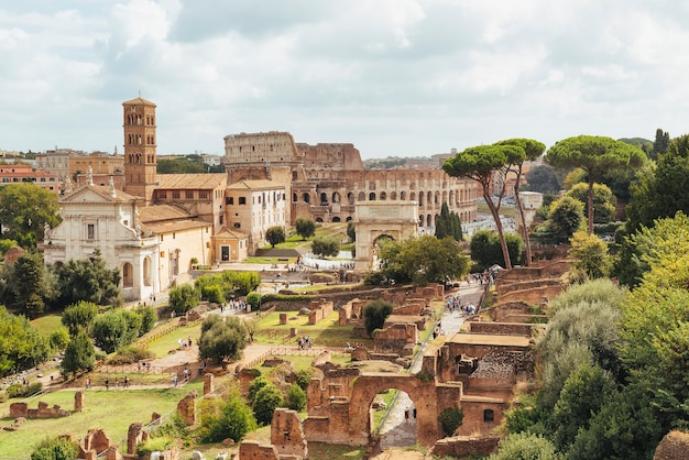 Аэрофотоснимок римского форума с горы палатино, рим, италия