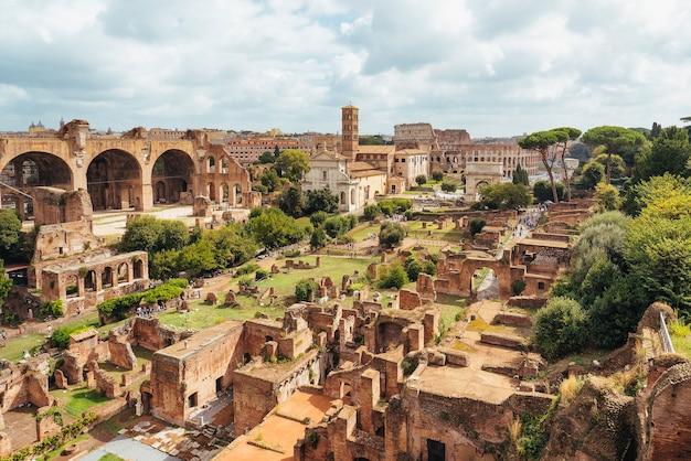 Вид с воздуха на римский форум с горы палатино, рим, италия