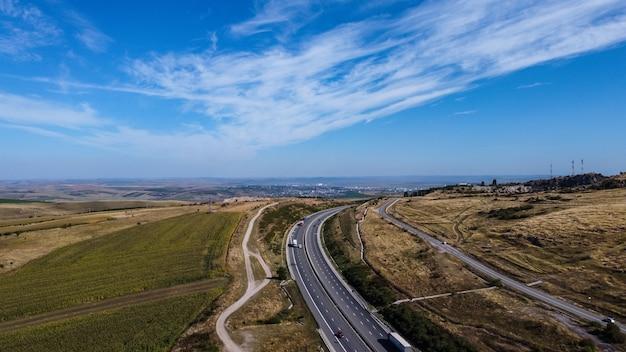 Вид с воздуха на румынское шоссе в регионе трансильвания, румыния.