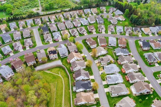 アメリカニュージャージー州の家の上の田舎の小さな町のアメリカの屋根の家の航空写真
