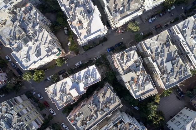 ソーラーパネルを備えた高層ビルの屋根の航空写真。屋根にソーラーパネルを備えた住宅の高層ビルのドローンビュー。