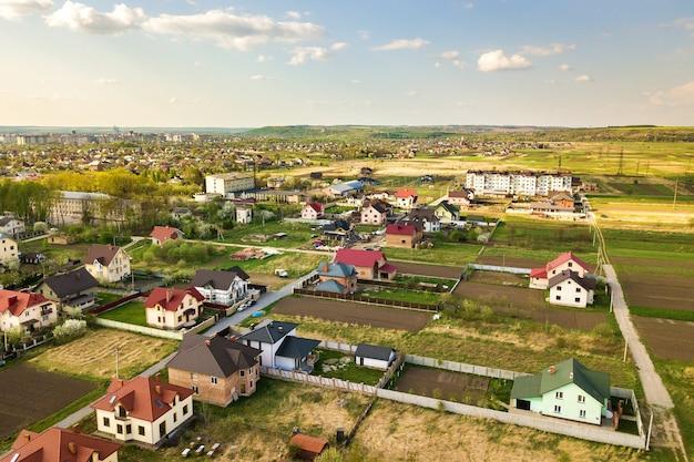 住宅のある町の農村地域の航空写真