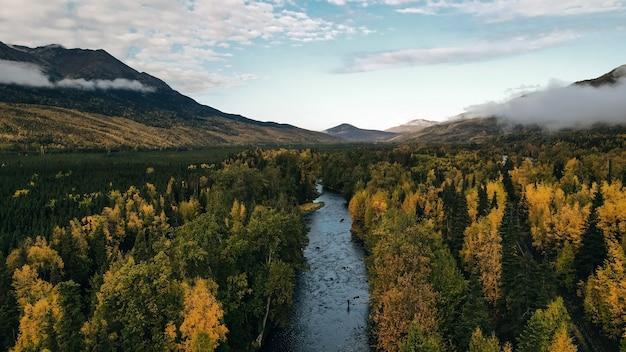 Вид с воздуха на русскую реку на аляске, сша. фото высокого качества