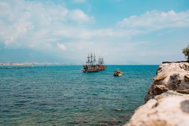 Вид с воздуха на парусник в бухте средиземного моря