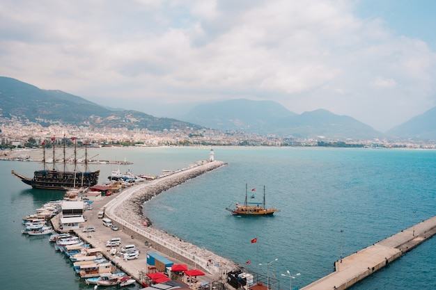 地中海の海岸湾のヨットの空撮