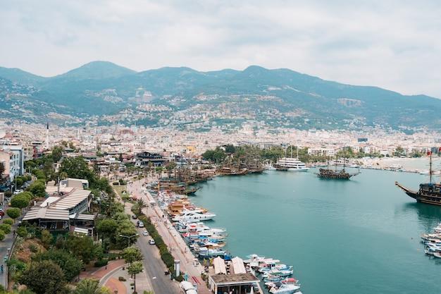 Вид с воздуха на парусники в бухте средиземного моря