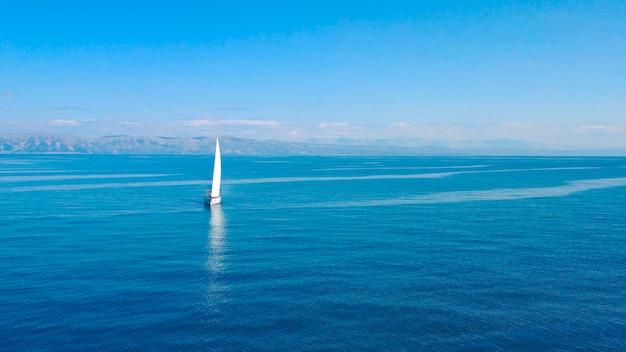 クロアチアの晴れた日に外洋でセーリングの豪華ヨットの空撮