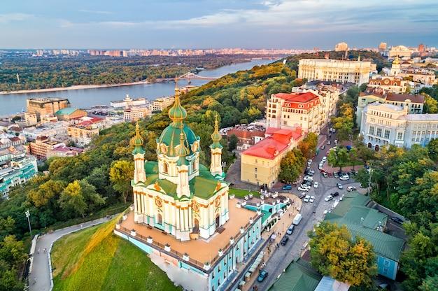 Вид с воздуха на церковь святого андрея. старый город киева, украина