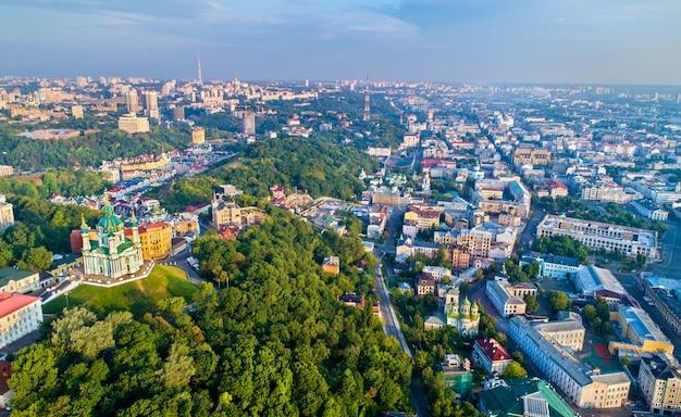 Вид с воздуха на андреевскую церковь и андреевский спуск, городской пейзаж подола. киев, столица украины