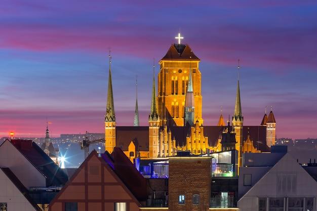 ポーランド、グダニスクの旧市街の日没時の聖マリア教会の空撮
