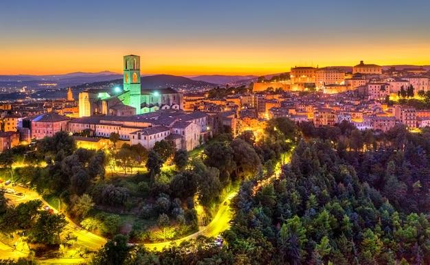 Вид с воздуха на базилику сан-доменико в перудже, италия на закате