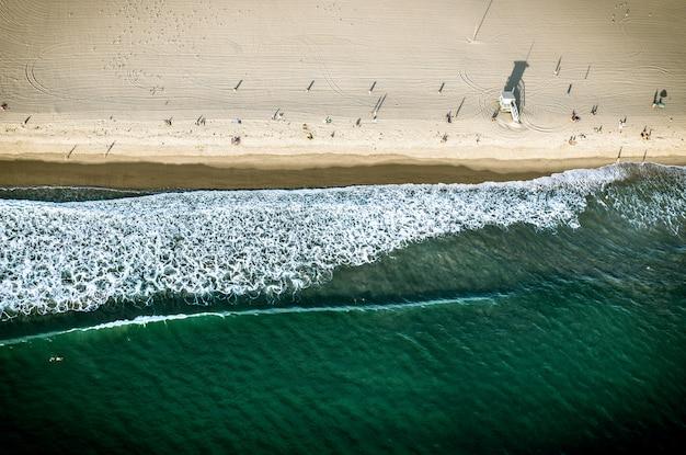 砂と海岸のサンタモニカの空撮