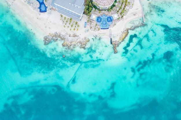 カンクンメキシコの小さな波と砂浜と海の空撮ドローンプラヤからの上面図