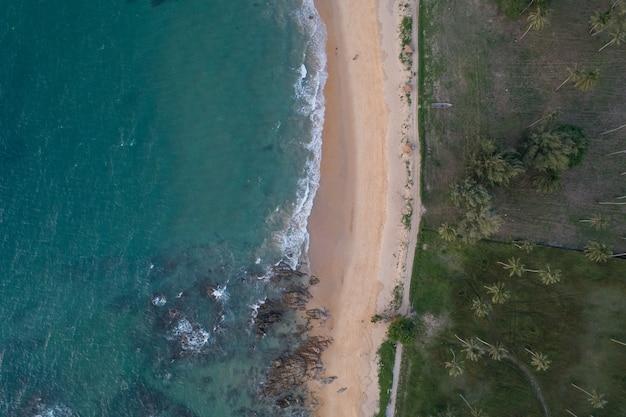 모래 해변과 해변에 부서 지는 파도와 바다의 공중 보기 놀라운 자연 풍경입니다.