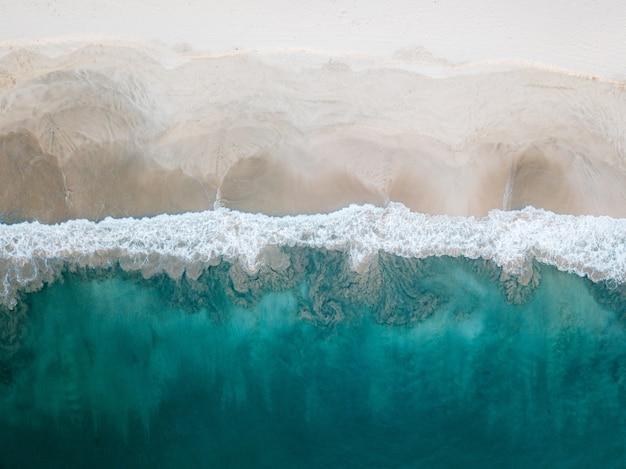 Вид с воздуха на песчаном пляже в лампуук, ачех, индонезия