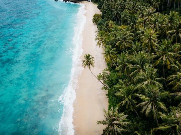 Вид с воздуха на песчаном пляже в сабанг, ачех, индонезия