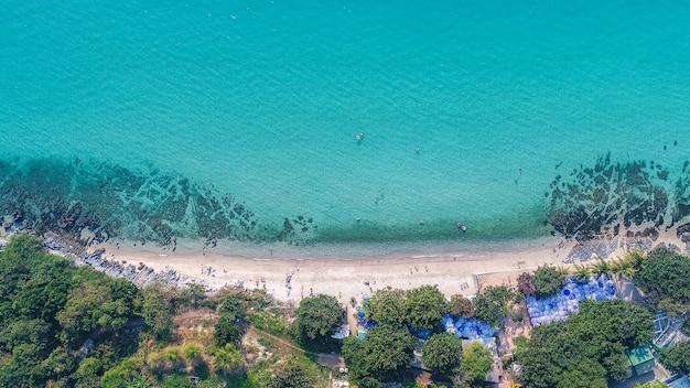 수영하는 관광객들과 모래 해변의 공중 전망.